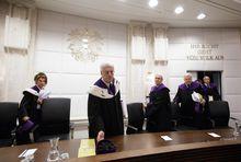 Die Verfassungsrichter bei der öffentlichen Verhandlung zur Prüfung der Wahlanfechtung