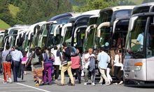 10 08 2014 Engelberg Bild zeigt Touristen aus Asien verlassen Reisecars und besuchen das Schneepar