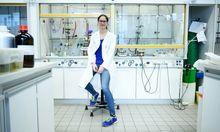 Wenn Anna Ressmann statt des Fußballdresses den Labormantel anzieht, kümmert sie sich um die chemischen Eigenschaften von Biomaterial.