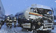 Ein bei der Massenkarambolage auf der Westautobahn beschädigter Lkw