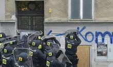 Wega-Beamte brachen die Haustüre auf