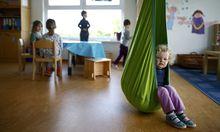 Die Öffnungszeiten der Kindergärten sind für Berufstätige auch jetzt schon zu kurz. Eltern schaffen es dennoch - irgendwie.