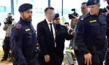 Ex-Bankvorstand S. (45), nun in U-Haft, wird zur Anklagebank geführt.