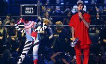 Canadian singer 2015 fanden die MTV European Music Awards in Mailand statt. Damals wurde Justin Bieber ausgezeichnetholds the ´Best Male´ award during the MTV EMA awards at the Assago forum in Milan
