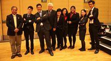 Das Siegerteam mit Betreuern: Rajech Sharma, Timothy Ho, Eric Ng, Gabrier Moens, Jacquelin Ng, Cleo Chau, Kamaljeet Kaur, Fantasia Liang, Ron Yung