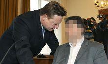 Der Angeklagte (rechts) mit seinem Anwalt Franz Essl am Freitag, 29. März 2013, am Straflandesgericht in Salzburg.