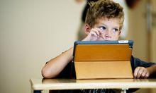 In den Schulen soll nicht nur ein Blick in Bücher, sondern vermehrt auch ein Blick auf das Tablet geworfen werden, wünscht die Bildungsministerin.