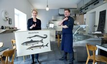 Petra Goetz-Frisch uns Sebastian Slavicek bieten in ihrem Restaurant und Fischgeschäft auch Matjes- und Heringssalat an.