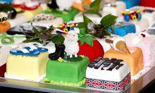 Diese Kuchenstücke wären ideal für australische Kindergärten, zerteilt und ohne Kerze. Bekommen hat sie der britische Prinz Charles zu seinem 64er.