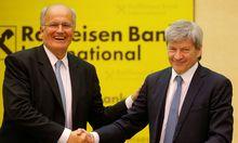 Staffelübergabe: Der bisherige Risikovorstand Johann Strobl (rechts) übernimmt das RBI-Szepter vom bisherigen Chef, Karl Sevelda, der in Pension geht.