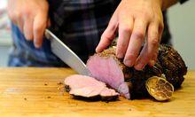 Fleisch wird aufgeschnitten