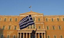 Archivbild: Eine Griechin schwenkte bei einer Demo in Athen die Flagge ihres Landes.