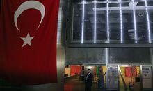 Aufräumarbeiten am Flughafen in Istanbul.