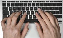 Symbolbild Online Shopping H�nde auf Laptop Tastatur