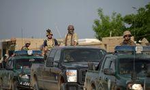 Afghanische- und US-Soldaten rücken auf den umkämpften Stützpunkt vor.