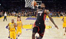LeBron James stopft, Kobe Bryant staunt.