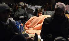 Etwas mehr als 40 Flüchtlinge harren in der eiskalten Votivkirche aus.