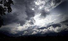 Gewitterwolken in Form eines negativen Ausblicks für 15 Euro-Staaten brauen sich über Europa zusammen