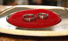 ARCHIV - Eheringe liegen am 8. August 2008 waehrend einer Trauung im Standesamt in Heidelberg auf ein