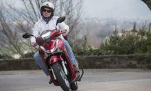 Auf zwei Rädern flink und sicher unterwegs mit B-Führerschein: Die Honda SH 125i, Mutter aller Großradroller.