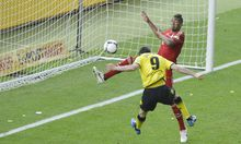 Robert Lewandowski bei seinem dritten Treffer (im Bild mit Bayerns Jerome Boateng)