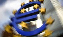 ARCHIV- Das Eurozeichen steht am 7. Dezember 2006 in Frankfurt am Main vor der Europaeischen Zentralb