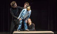Studierende der Berliner Hochschule für Schauspielkunst Ernst Busch beim Vorspielen einer Szene mit einer Großpuppe.