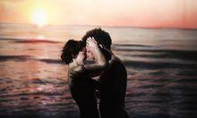 """""""Galápagos"""": FKK und Sex on the Beach im Sonnenuntergang, doch das Idyll ist trügerisch für Eva Mayer (Dore) und Friedrich (Raphael von Bargen)."""