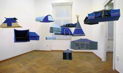 Oto Hudecs reisefähiges Museum in Form von Nomadenzelten (Galerie Knoll). / Bild: (c) Beigestellt