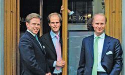 Familienbande: Christoph, Florian und Wolfgang Köchert (v. l.) am Neuen Markt. / Bild: (C) Beigestellt