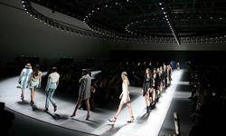 Gigantisch. Ein Riesenspektakel  in industriellem Setting richtete Versace aus. Die Models schritten eine endlos lange Frontrow ab. / Bild: (c) REUTERS (STEFANO RELLANDINI)