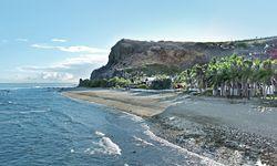 Sandstrand. An der Westküste zeigt sich die  Insel von ihrer  tropischen Seite.  / Bild: (c) Christina Lechner