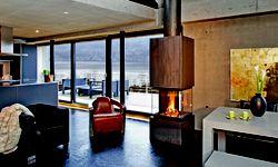 Rundumblick. Beim Cubeo von Rüegg holen vier Glasseiten das Feuer fast in den Raum. / Bild: (c) Beigestellt