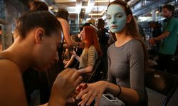A model is groomed backstage of the Fashion East catwalk show during London Fashion Week Spring/Summer 2017 in London / Bild: (c) REUTERS (NEIL HALL)
