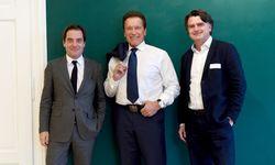 Arnold Schwarzenegger zwischen Rainer Nowak (l.) und Christian Ultsch in Graz. / Bild: (c) Clemens Fabry
