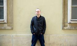 """Markus Binder, im Hauptberuf eine Hälfte der ursprünglich oberösterreichischen Mundart-Band Attwenger, erzählt von seinem Ausflug auf den Parallel-Planeten der Prosa: Mit """"Teilzeitrevue"""" ist kürzlich sein zweiter Roman erschienen. / Bild: (c) Clemens Fabry"""