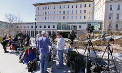 Vor der Klinik brachten sich Paparazzi in Stellung / Bild: (c) APA/EPA (ERIK S. LESSER)