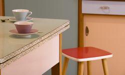 Lieblich. Die Küche aus den 1950er-Jahren, mit Lilienporzellan. / Bild: (c) Beigestellt