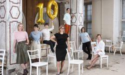 Lilli Hollein (Mitte) mit ihrem Team in der heurigen Festivalzentrale, den ehemaligen Repräsentationsräumen von Bothe & Ehrmann. / Bild: (c) Katharina Gossow