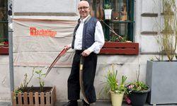 """Die Adresse als """"Wunder"""": Klaus Kirchner dengelt ausgerechnet in der Sensengasse. / Bild: (c) Die Presse (Clemens Fabry)"""