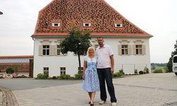 Katarina und Tom Riederer vor dem neuen Pfarrhof.  / Bild: Tom Riederer