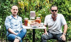 """Wurstduo. """"Britische Würste, britisches Wetter"""": Richard Holmes und Matthias Zykan im Volksgarten Pavillon. / Bild: (c) Christine Pichler"""