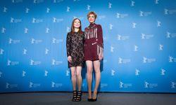 Greta Gerwig mit Julianne Moore / Bild: APA/AFP/dpa/KAY NIETFELD