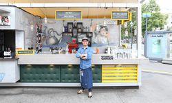 Sammy Walfisch mit roter Slushie-Maschine im Hintergrund / Bild: (c) Stanislav Jenis
