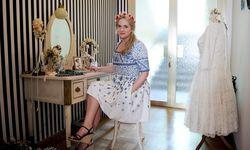 Romantisch, weiblich und vor allem blumig – das trifft auf Osls Kleidungsstil genauso zu wie auf die Einrichtung ihrer Werkstatt.  / Bild: (c) Die Presse (Clemens Fabry)