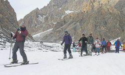 Auf den Spuren von Skilehrer Stephan Keck (l.): Projekt-Organisator Mirza Ali und Teilnehmer des Skicamps in Pakistan. / Bild: (c) Ehrensberger