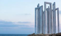 """Open-Air-Museum. """"Signs in Time and Space"""", gesetzt von Plastiken. / Bild: (c) Larko Pafos"""