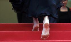 Barfuß in Cannes. Julia Roberts zeigt, was sie von der angeblichen Regel hält, dass Frauen auf dem roten Teppich High Heels tragen sollen. Sie zog ihre aus. / Bild: (c) REUTERS (JEAN-PAUL PELISSIER)