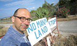 Im Schilderwald an der Küste Zyperns: Martin Amanshauser. / Bild: (c) Amanshauser