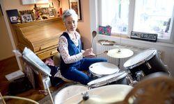 """Schlagzeug spielt Wanda Weg schon seit Studienzeiten, in der Küche steht sie heute gern, um """"bei sich"""" zu sein. Fürs Foto lässt sich das auch verbinden. / Bild: (c) Die Presse (Clemens Fabry)"""